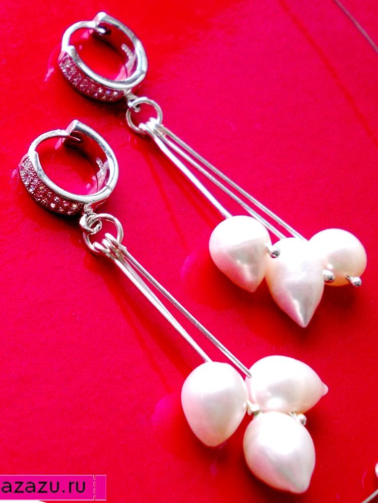 Серебряные серьги с белым каплевидным жемчугом *5600 Серьги серебряные с натуральным каплевидным жемчугом. Жемчужины длиной ок. 8 мм, цвет - белый.