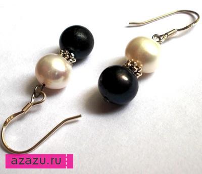 Серьги серебряные с жемчугом *10980 Серьги с натуральными жемчужинами. Диаметр жемчуга 7 мм. Цвета черный и белый. Серебряные крючки.